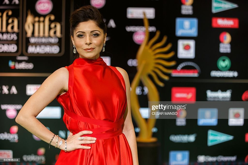 Indian Bollywood actress Kanika Kapoor poses on the green carpet as she arrives to the 17th edition of IIFA Awards (International Indian Film Academy Awards) in Madrid on June 24, 2016. The IIFA Awards are presented annually by the International Indian Film Academy to honour both artistic and technical excellence of professionals in Bollywood, the Hindi language film industry. / AFP / CESAR