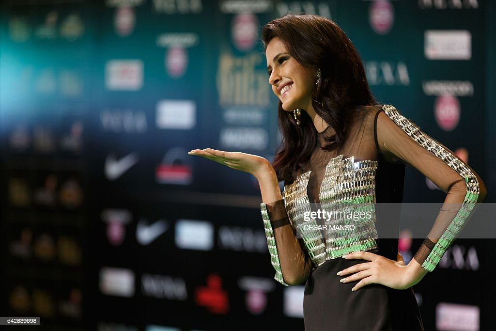 Indian Bollywood actress Sahar blows a kiss on the green carpet as she arrives to the 17th edition of IIFA Awards (International Indian Film Academy Awards) in Madrid on June 24, 2016. The IIFA Awards are presented annually by the International Indian Film Academy to honour both artistic and technical excellence of professionals in Bollywood, the Hindi language film industry. / AFP / CESAR
