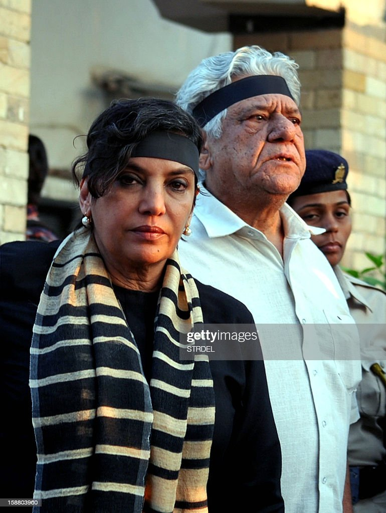 Indian Bollywood actress Shabana Azmi (L) and actor Om Puri take part in a candlelight vigil in Mumbai on December 29, 2012, after the death of a gangrape victim from New Delhi. The family of a murdered Indian gang-rape victim said their final prayers for the 23-year-old student at the start of a cremation ceremony at a funeral ground in the Indian capital police sources said.