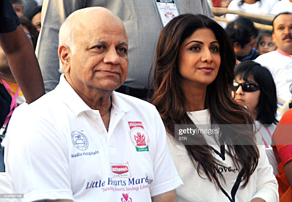 Indian Bollywood actress Shilpa Shetty (centre R) and her father attend the annual 'Little Hearts Marathon 2016' organized by BJ Wadia Children's Hospital and Siddhivinayak Trustees in Mumbai on February 7, 2016. AFP PHOTO / AFP / STR