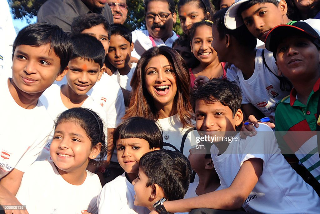 Indian Bollywood actress Shilpa Shetty (C) poses with children during the annual 'Little Hearts Marathon 2016' organized by BJ Wadia Children's Hospital and Siddhivinayak Trustees in Mumbai on February 7, 2016. AFP PHOTO / AFP / STR