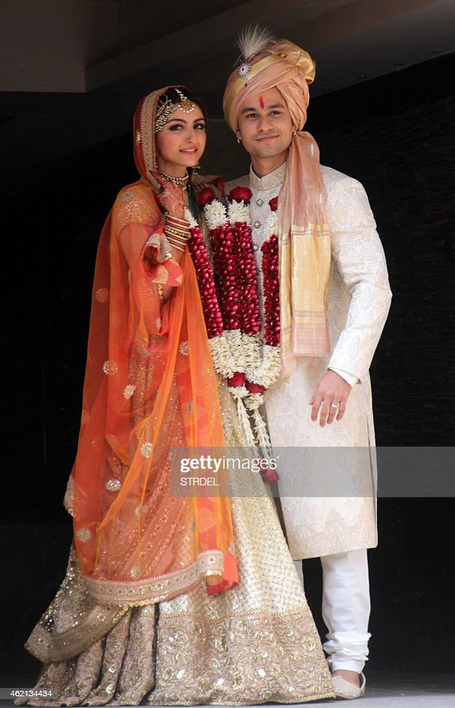 Indian Bollywood actress Soha Ali Khan and Kunal Khemu pose during their wedding in Mumbai on January 25 2015 AFP PHOTO/STR