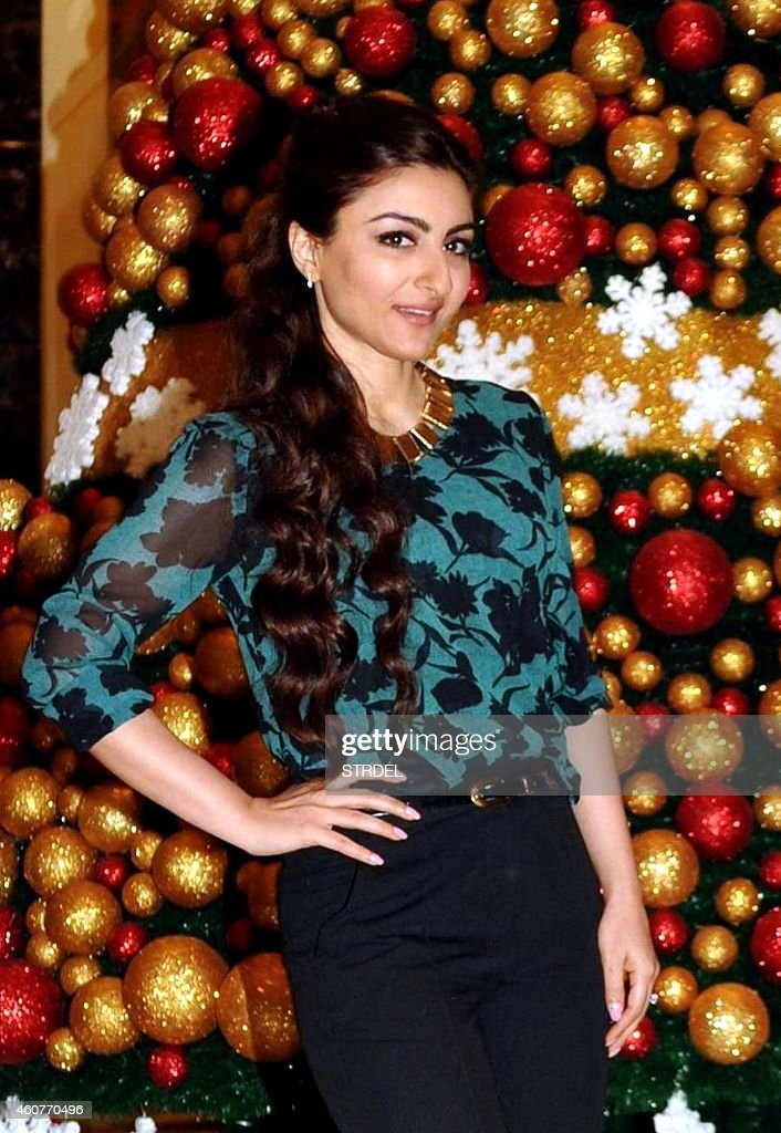 Indian Bollywood actress Soha Ali Khan poses with a Christmas tree display in Mumbai on December 22 2014 AFP PHOTO/STR