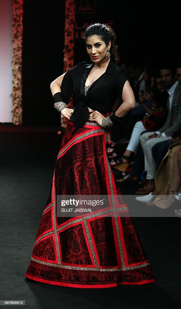Indian Bollywood actress Sophie Choudry showcases a creation by designer Sumona Parekh during the Lakme Fashion Week Winter/Festive 2016 in Mumbai on...