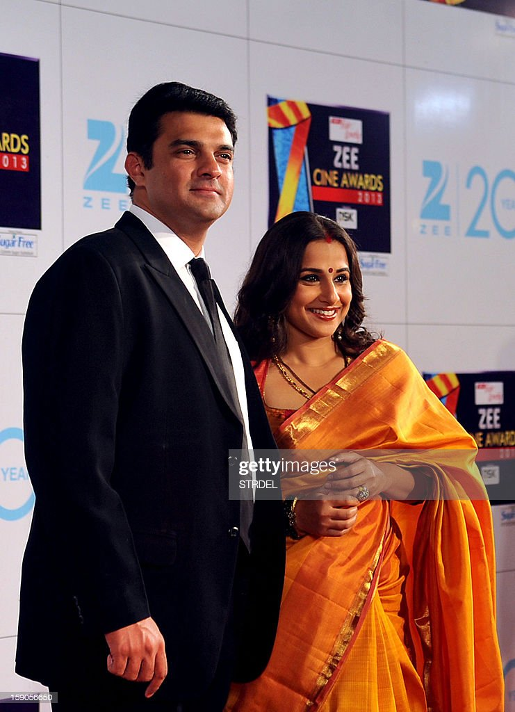 Indian Bollywood actress Vidya Balan with husband Siddharth Roy Kapur attend the Zee Cine Awards 2013 ceremony in Mumbai on January 6, 2013. AFP PHOTO/ STR