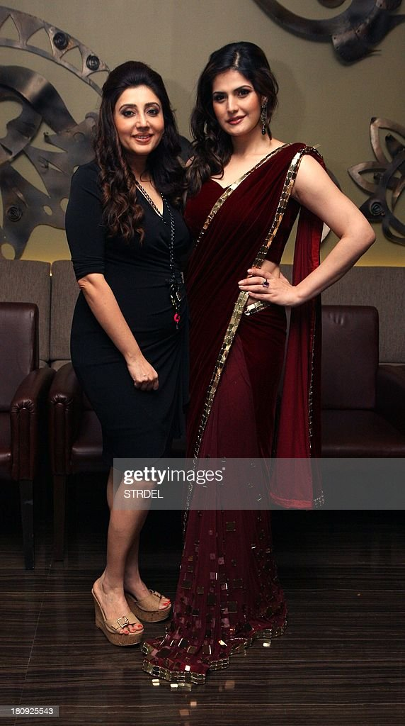 Indian Bollywood actress Zarine Khan and fashion designer Archana Kochhar (L) poses for a photo during a preview of the latest India Wedding Collection being launched by Gitanjali Groups brand in Mumbai on September 17, 2013.