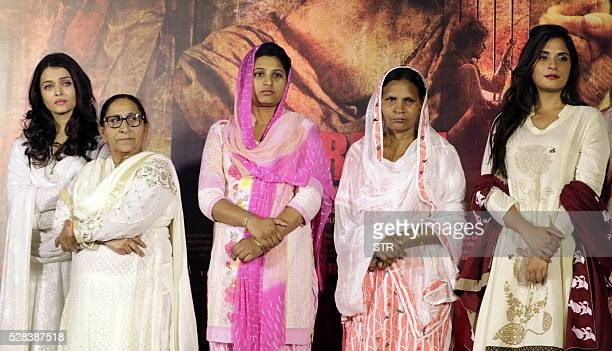 Indian Bollywood actresses Aishwarya Rai Bachchanand Richa Chadda pose during the promotion of the Hindi film Sarabjit based on Sarabjit Singh on eve...