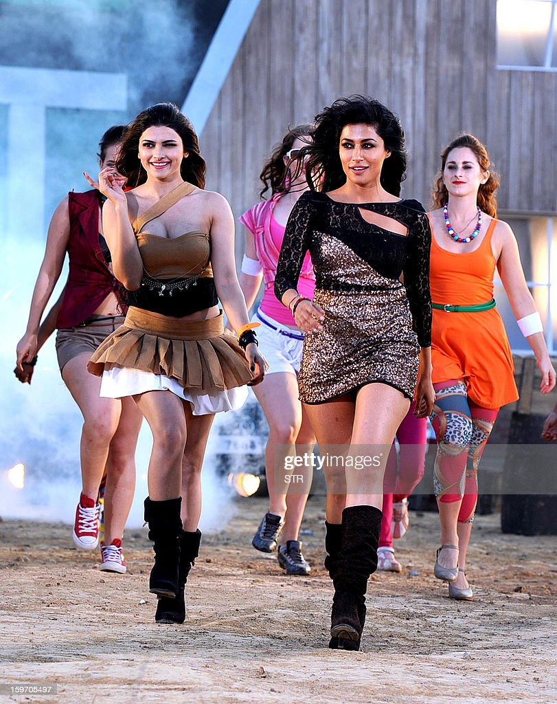 Indian Bollywood film actresses Prachi Desai (L) and Chitrangda Singh perform on location during the shooting of the upcoming Hindi film 'I Me Aur Main' song directed by debutant Kapil Sharma at Kamalistan Studio in Mumbai on January 18, 2013. AFP PHOTO