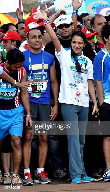 Indian Bollywood personalities Rahul Bose and Tara Sharma gesture during the Mumbai Marathon on January 20 2013 AFP PHOTO