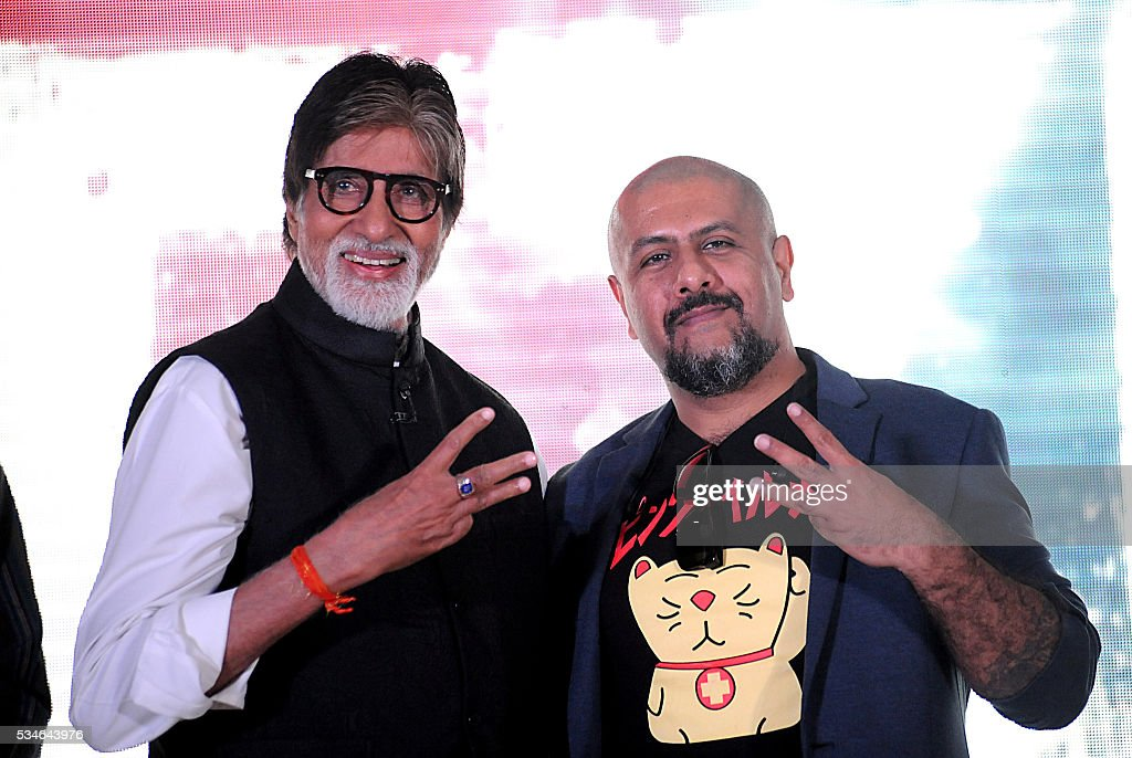 Indian Bollywood playback singer Vishal Dadlani (L) and actor Amitabh Bachchan attend the music launch for Hindi film Te3n in Mumbai on May 27, 2016. / AFP / -