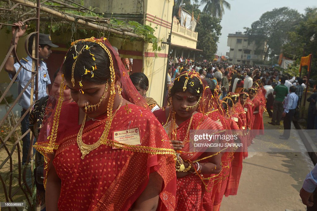 Indian brides participate in a mass marriage ceremony in Haripal, some 70 kms north of Kolkata, on February 3, 2013. Some 108 couples from Hindu, Muslim, and tribal communities were married in the event organised by a charitable trust. AFP PHOTO/Dibyangshu Sarkar