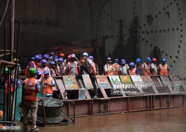 Indian builders gather in an underground site of the Chennai Metro Rail on October 17 2017 / AFP PHOTO / ARUN SANKAR