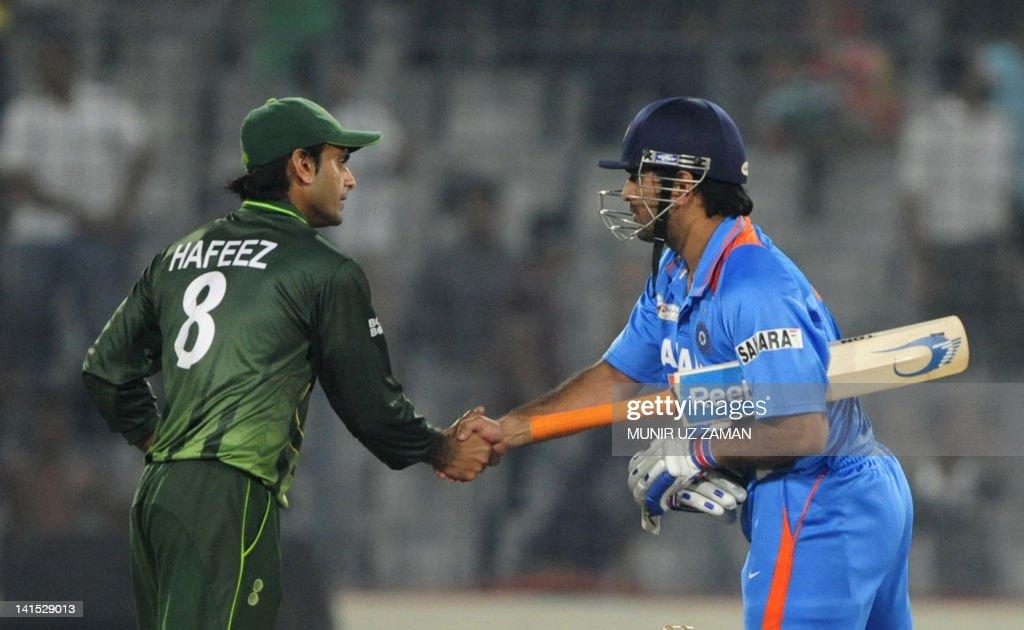 Indian captain Mahendra Singh Dhoni (R) : News Photo