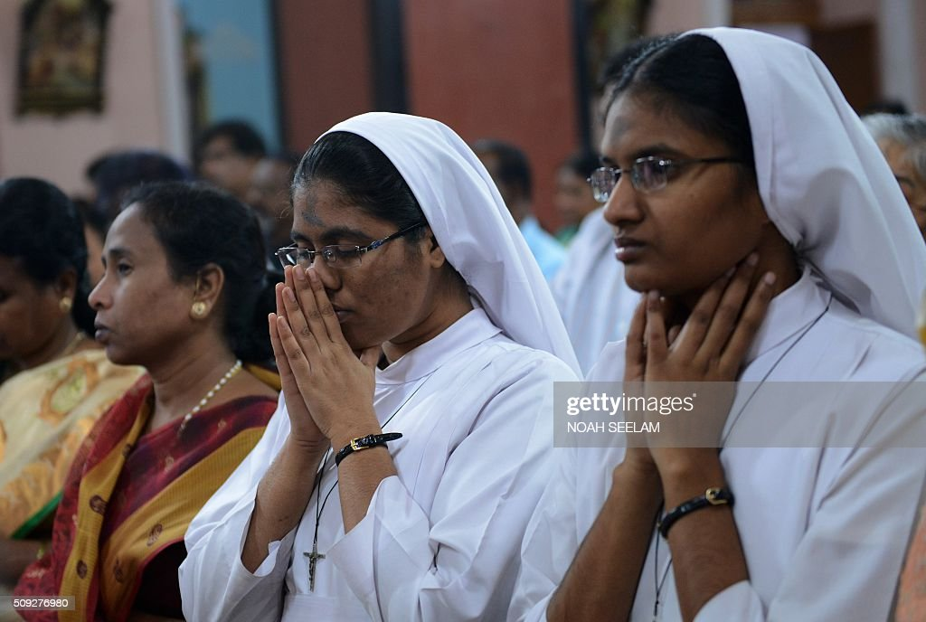 Indian Catholic nuns prays during an Ash Wednesday service at Saint Mary's Basilica in Secunderabad, the twin city of Hyderabad, on February 10, 2016. Catholics began the 40 day Lenten season, by observing Ash Wednesday, which culminates in the Holy Week. AFP PHOTO / Noah SEELAM / AFP / NOAH SEELAM