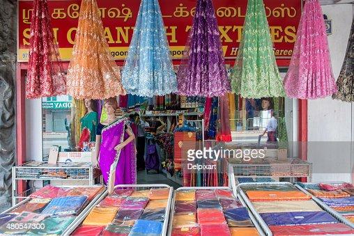 Tecido colorido indiano e roupas loja em pouco, Índia, Singapura : Foto de stock