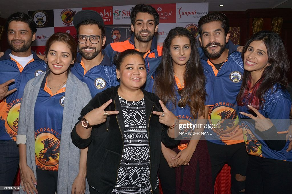 Indian comedian Bharti Singh (C) along with television actors Kishwer Merchant (R), Asha Negi (2L), Aditi Gupta (3R), Karan Wahi (4R), Rithvik Dhanjani (3L), Suyyash Rai (2R) and comedian Balraj Syal (L) poses during a promotional event for 'Box Cricket League-Punjab' at a hotel in Amritsar on February 10, 2016. AFP PHOTO/NARINDER NANU / AFP / NARINDER NANU