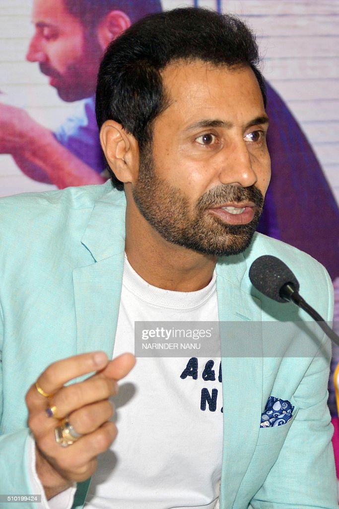 Indian comedian Binnu Dhillon gives a press conference in Amritsar on February 14,2016, during promotional events for the forthcoming Punjabi film 'Channo Kamli Yaar Di'. / AFP / NARINDER NANU