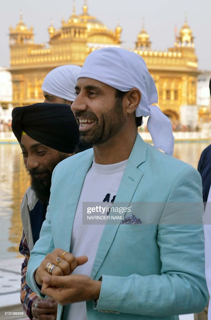Indian comedian Binnu Dhillon pays his respects to the Golden temple in Amritsar on February 14,2016, during promotional events for the forthcoming Punjabi film 'Channo Kamli Yaar Di'. / AFP / NARINDER NANU
