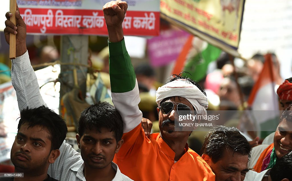 Indian Congress Party supporters shout anti-government slogans ahead of a protest march in New Delhi on May 6, 2016. Former Indian Prime Minister Manmohan Singh, Congress Party President Sonia Gandhi and party Vice-president Rahul Gandhi were briefly arrested at a police station and later released during a 'Save Democracy' protest march against the ruling Bharatiya Janata Party (BJP). / AFP / MONEY