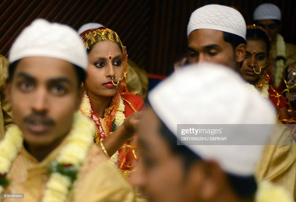 Indian couples wait to take part in a mass-marriage ceremony in Kolkata on February 14, 2016. More that 150 economically disadvanteaged couples took part in the event, organised by an NGO. AFP PHOTO / Dibyangshu SARKAR / AFP / DIBYANGSHU SARKAR