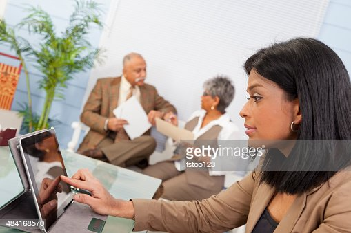 インドの民族のビジネス女性のオフィスでのミーティングに最適。デジタルタブレットを持っている。