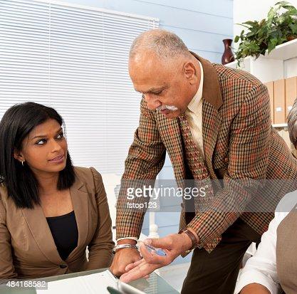 インディアンのビジネスマンオフィスでのミーティングに最適。同僚。