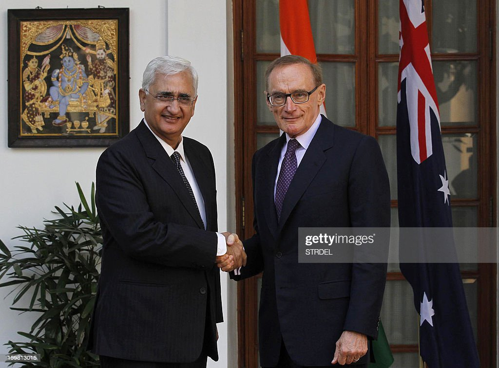 Indian External Affairs Minister Salman Khurshid (L) shakes hands with Australian Minister for Foreign Affairs Bob Carr in New Delhi on January 21, 2013. Carr is on a three-day visit to India. AFP PHOTO/STR