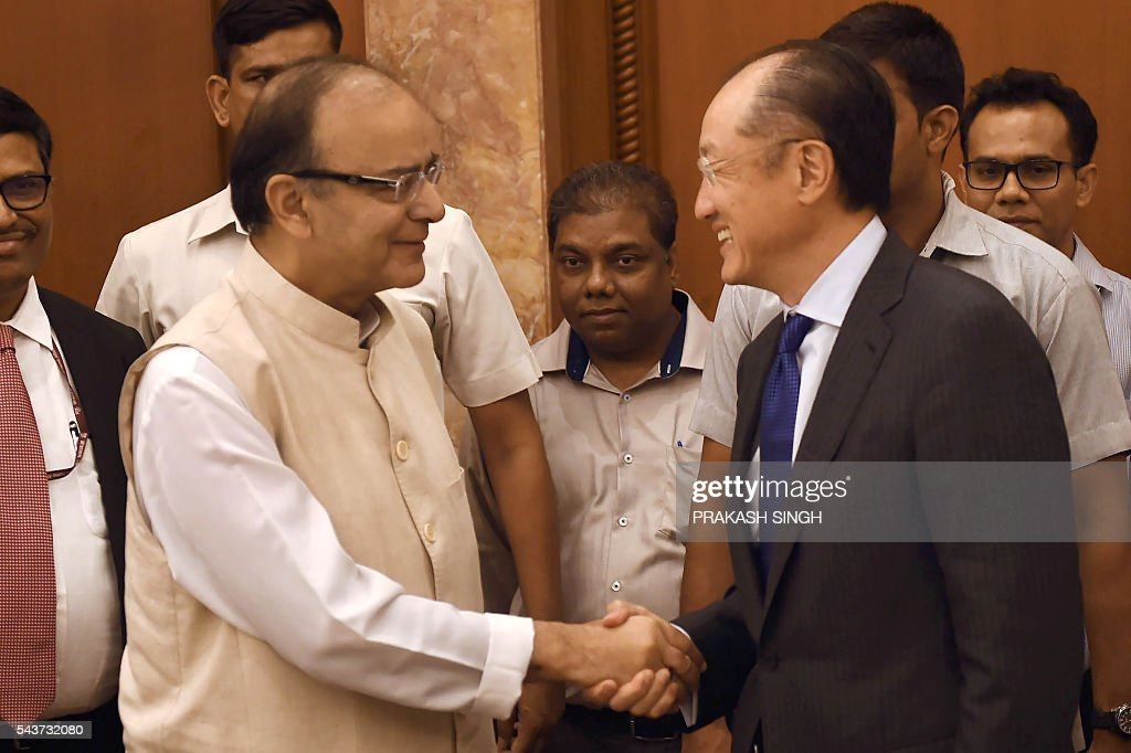Indian Finance Minister, Arun Jaitley (L) and President of the World Bank, Jim Yong Kim shake hands on meeting in New Delhi on June 30, 2016. / AFP / Prakash SINGH