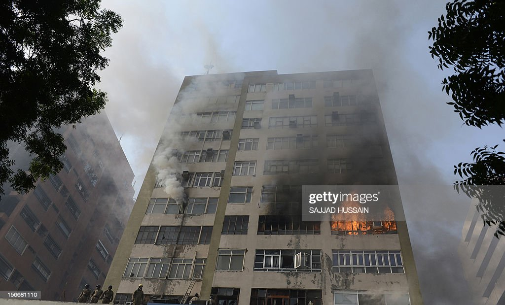 Indian firefighters secure the area after a fire that broke out in a fifteen story building in New Delhi early November 19, 2012. No casualities were reported in the fire. AFP PHOTO/SAJJAD HUSSAIN