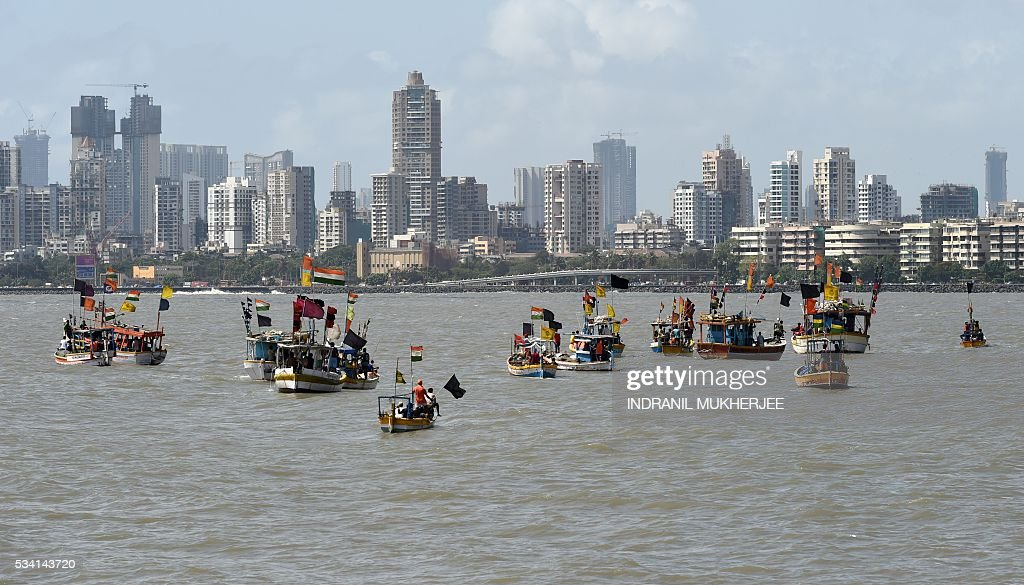 Indian fishing boats adorned with black flags take part in a 'Sea-Rally' to protest against the construction ofTthe Chhatrapati Shivaji Memorial in the Arabian Sea off the coast of Mumbai on May 25, 2016. Some 100 fishing boats and fishermen participated in this rally to highlight the conditions which are going to arise after the construction of the proposed sea memorial for the legendary warrior Shivaji which may cause adverse effects to the livelihood of fishermen. / AFP / INDRANIL