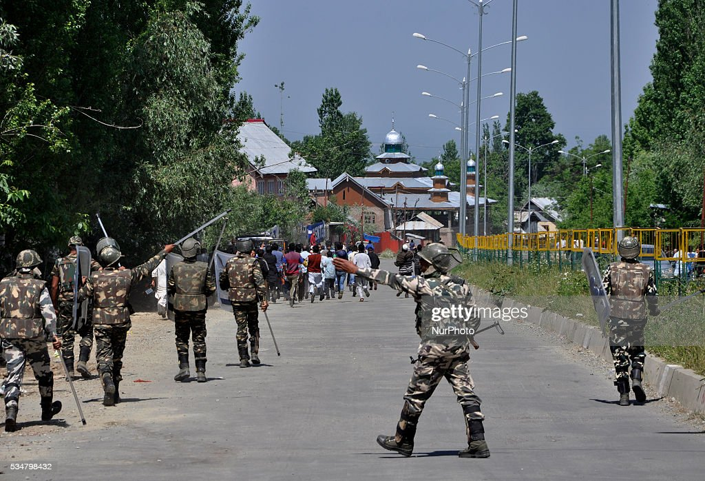 Indian forces chase kashmiri protesters outside a gun-battle site in Khonshipora 25 miles west of srinagar on May 27,2016.Two rebels were killed by indian forces during a brief gunfight.