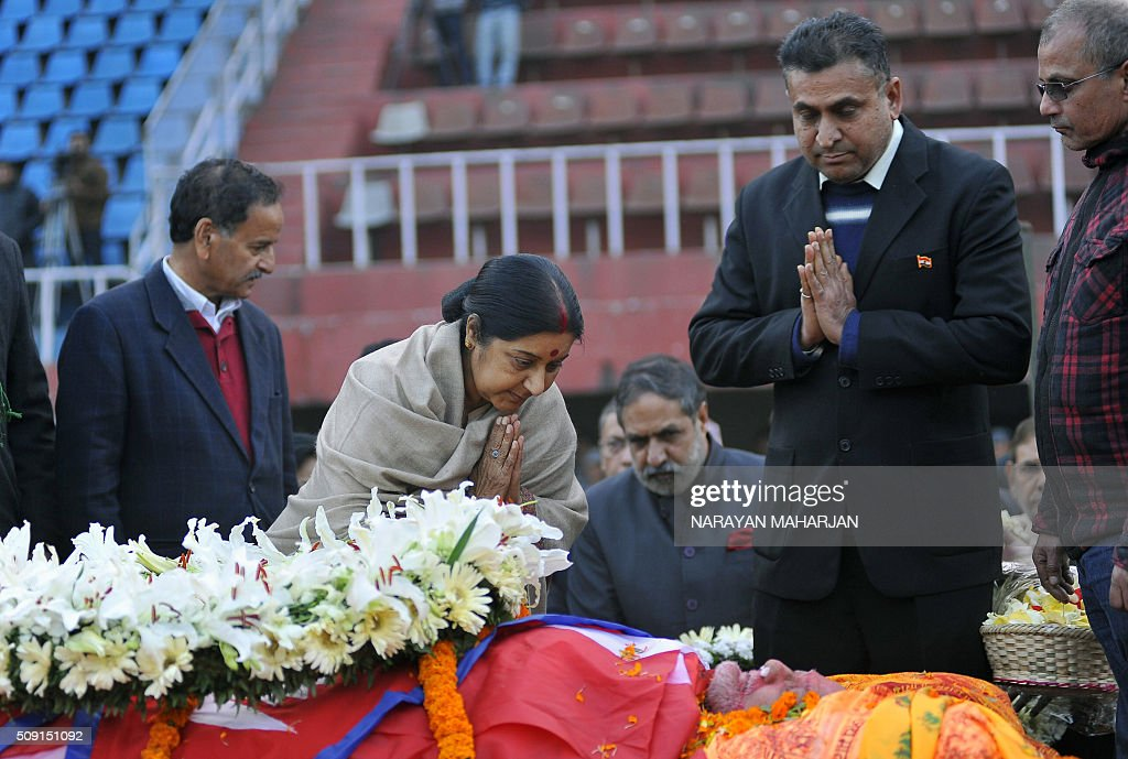 Indian Foreign Minister Sushma Swaraj (C) pays tribute to Nepali Congress Party president Sushil Koirala (bottom) in Kathmandu on February 9, 2016. Koirala, a veteran politician once jailed for helping to hijack a plane, died in Kathmandu on February 9 aged 77 after suffering from pneumonia, his doctor said. AFP PHOTO / Narayan Maharjan / AFP / Narayan Maharjan