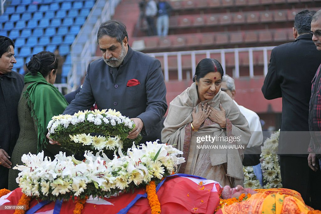 Indian Foreign Minister Sushma Swaraj (2nd R) pays tribute to Nepali Congress Party president Sushil Koirala (bottom) in Kathmandu on February 9, 2016. Koirala, a veteran politician once jailed for helping to hijack a plane, died in Kathmandu on February 9 aged 77 after suffering from pneumonia, his doctor said. AFP PHOTO / Narayan Maharjan / AFP / Narayan Maharjan