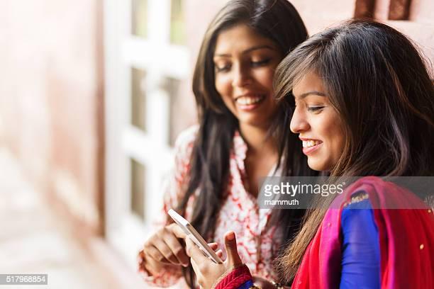 indienne filles à l'aide d'un smartphone