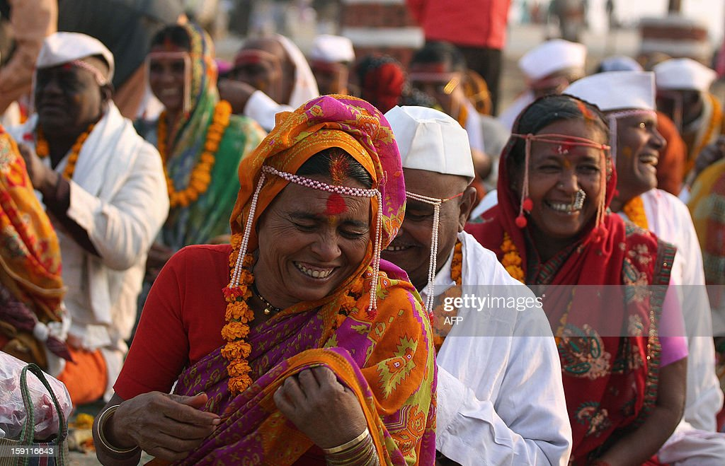 Indian Hindu couples from Maharashtra state perform a ritual for the long life of their spouses at Sangam, the confluence of the rivers Ganges, Yamuna and mythical Saraswati in Allahabad on January 8, 2013. AFP PHOTO/Sanjay KANOJIA