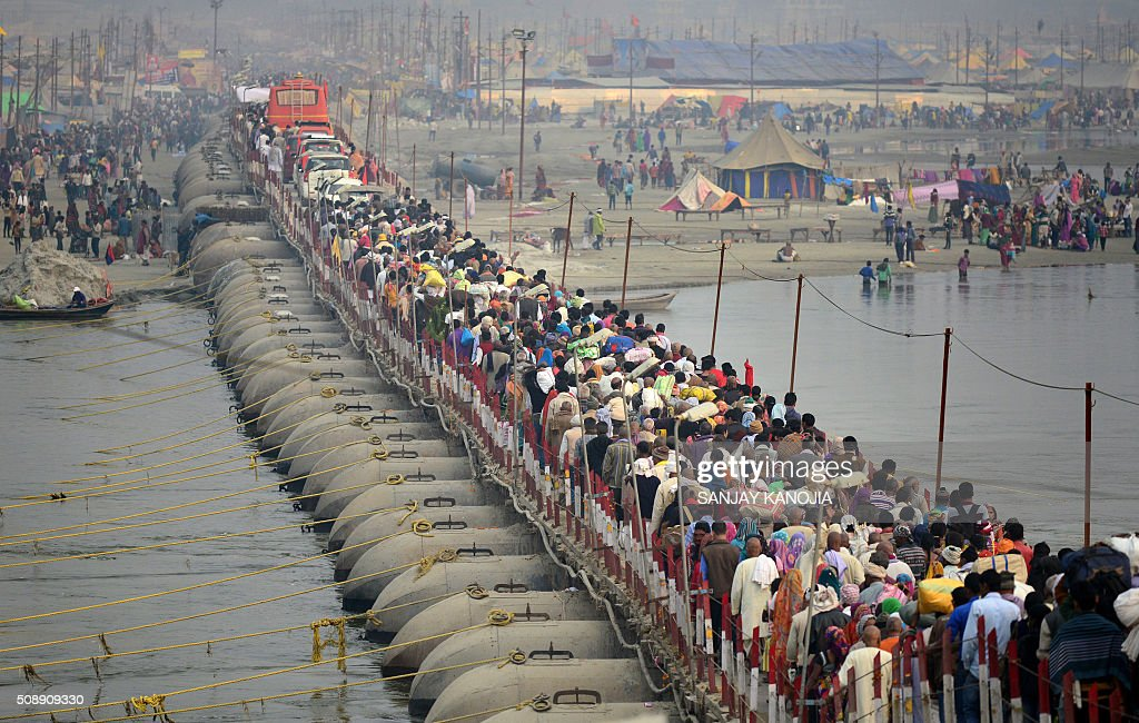 Indian Hindu devotees arrive to take a holy dip in the Sangam on the eve of 'Mauni Amavasya' as they walk across a pontoon bridge during the annual Magh Mela festival in Allahabad on February 7, 2016. AFP PHOTO/SANJAY KANOJIA / AFP / Sanjay Kanojia