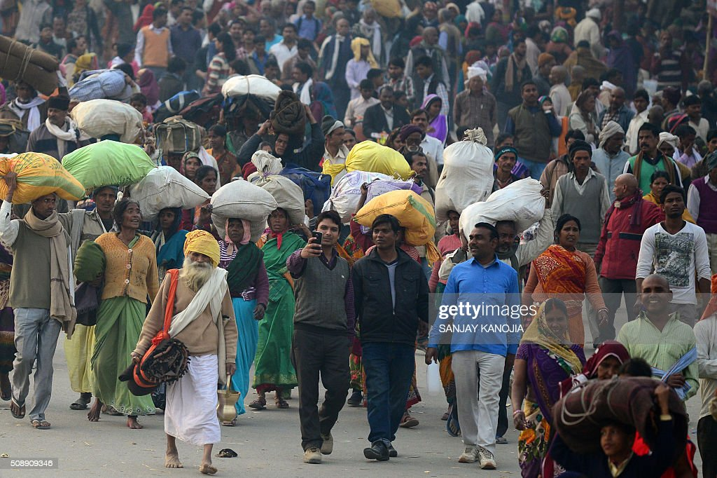 Indian Hindu devotees arrive to take a holy dip in the Sangam on the eve of 'Mauni Amavasya' during the annual Magh Mela festival in Allahabad on February 7, 2016. AFP PHOTO/SANJAY KANOJIA / AFP / Sanjay Kanojia