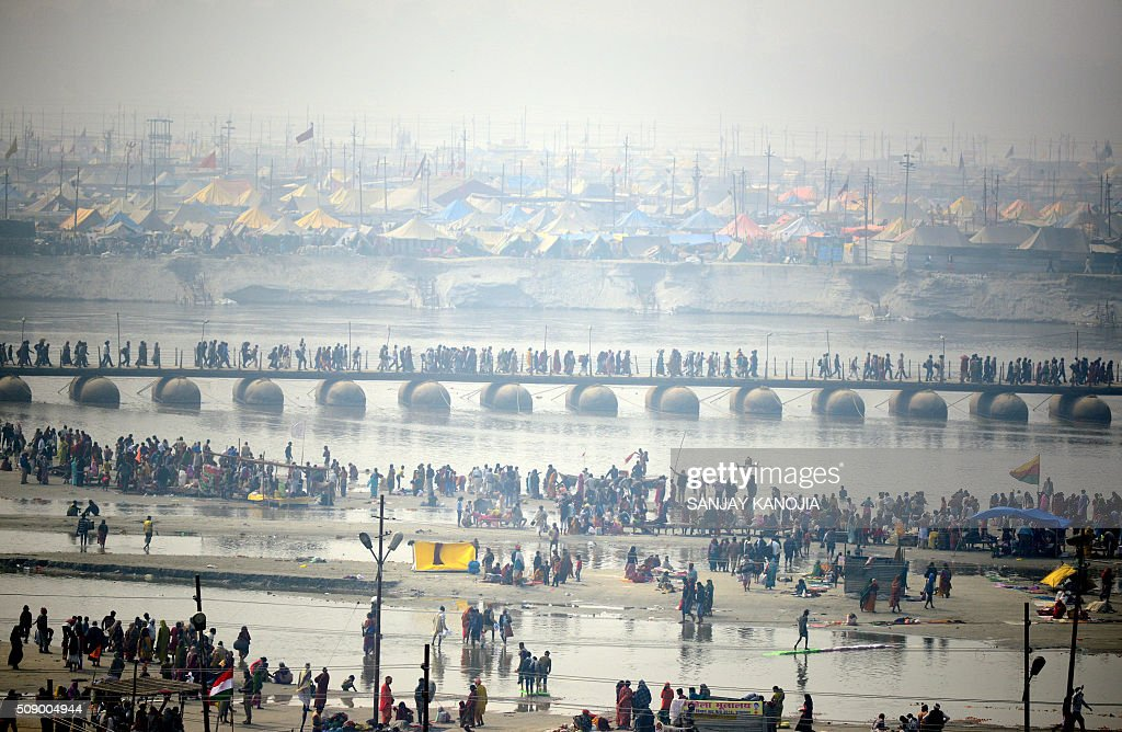 Indian Hindu devotees gather on the bank of River Ganges to take a holy dip to mark 'Mauni Amavasya' during the annual Magh Mela festival in Allahabad on February 8, 2016. AFP PHOTO/SANJAY KANOJIA / AFP / Sanjay Kanojia