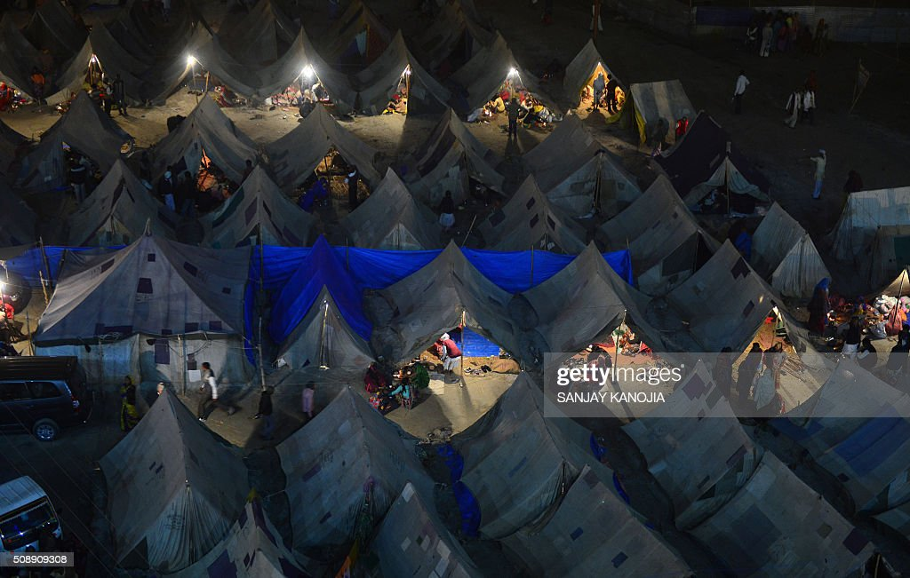 Indian Hindu devotees rest at a camp during the annual Magh Mela festival in Allahabad on February 7, 2016. AFP PHOTO/SANJAY KANOJIA / AFP / Sanjay Kanojia