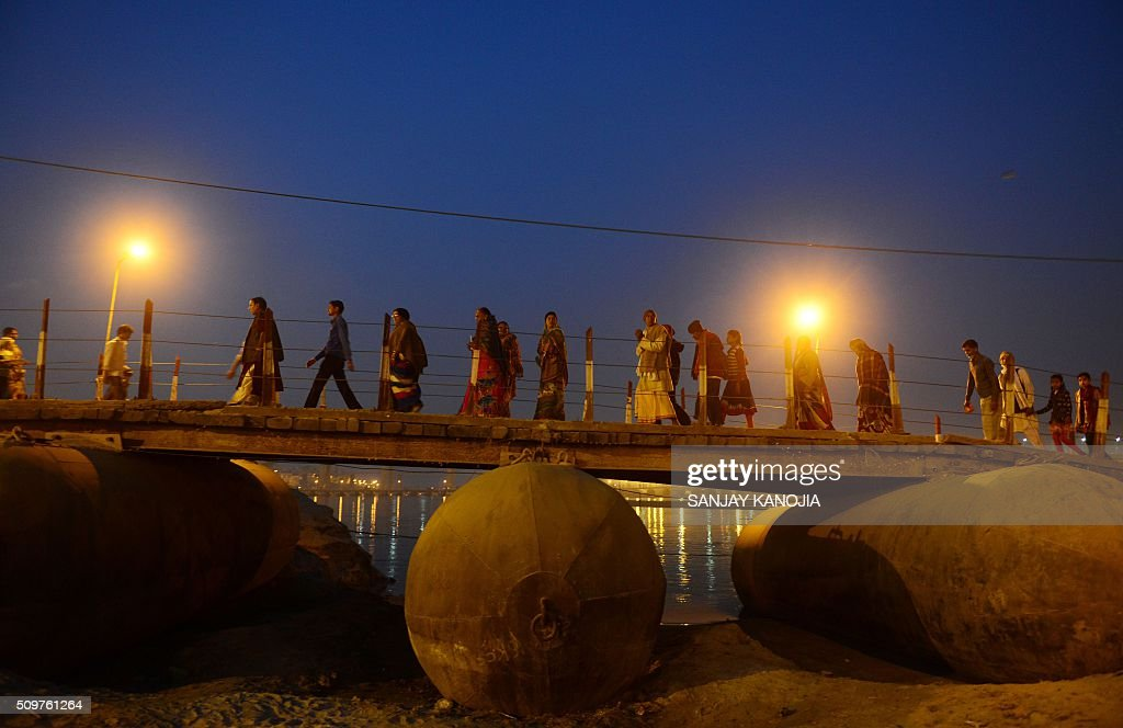 Indian Hindu devotees return to a camp after evening prayers on the banks of the River Ganges during the annual Magh Mela festival in Allahabad on February 12, 2016. AFP PHOTO / SANJAY KANOJIA / AFP / Sanjay Kanojia