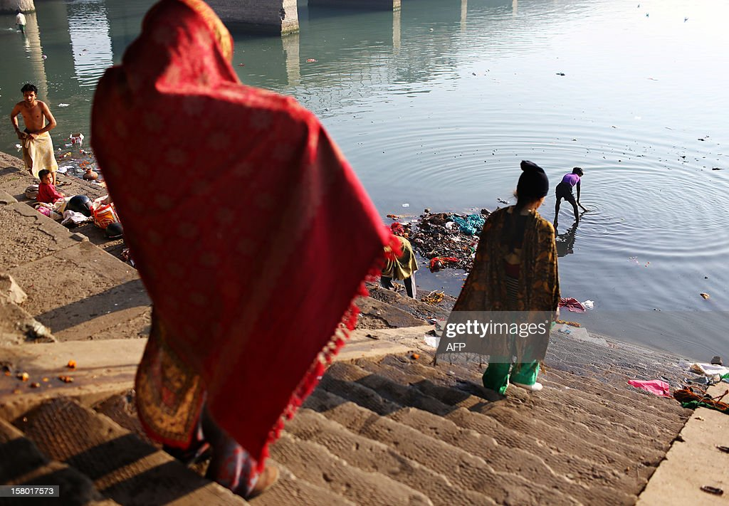 Indian Hindu devotees walk down to the Yamuna river to pray in New Delhi on December 9, 2012. India's Supreme Court said on December 8, all parameters of water quality of river Yamuna indicate that it resembles a drain and urged authorities to make it pollution-free. Over 2,400 million liters of untreated sewage flows into the Yamuna every day. AFP PHOTO/ Andrew Caballero-Reynolds