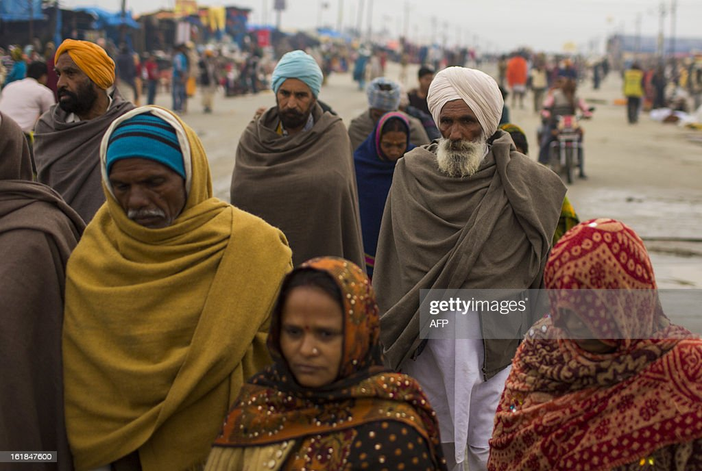 Indian Hindu devotees walk to the Sangam or confluence of the Yamuna, Ganges and mythical Saraswati rivers to bathe at the Kumbh Mela in Allahabad on February 17, 2013. The Kumbh Mela in the town of Allahabad will see up to 100 million worshippers gather over 55 days to take a ritual bath in the holy waters, believed to cleanse sins and bestow blessings. AFP PHOTO/ Andrew Caballero-Reynolds