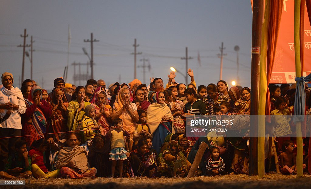 Indian Hindu devotees watch as priests perform Arti evening prayers on the banks of the River Ganges during the annual Magh Mela festival in Allahabad on February 12, 2016. AFP PHOTO / SANJAY KANOJIA / AFP / Sanjay Kanojia