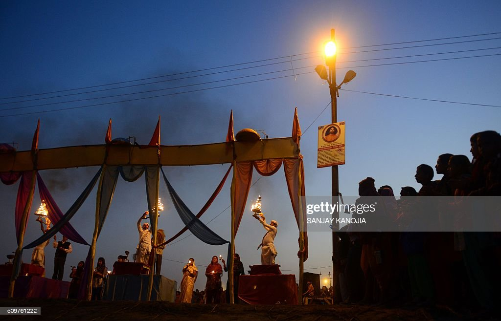Indian Hindu priests perform Arti evening prayers on the banks of the River Ganges during the annual Magh Mela festival in Allahabad on February 12, 2016. AFP PHOTO / SANJAY KANOJIA / AFP / Sanjay Kanojia