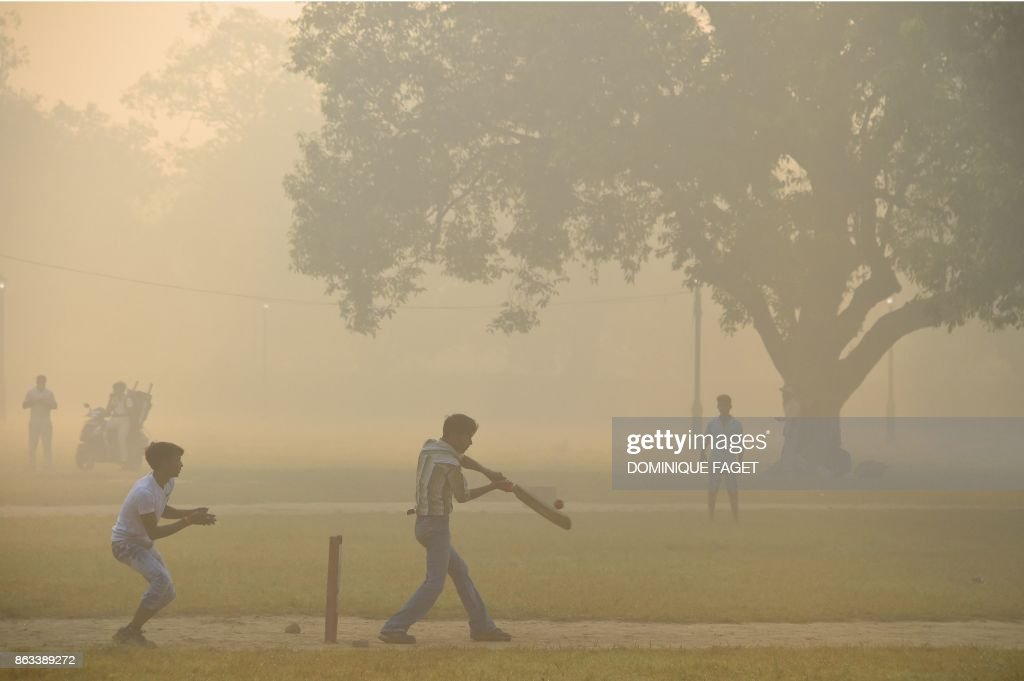 Mensonges climatiques. - Page 5 Indian-men-play-cricket-amid-heavy-smog-in-new-delhi-on-october-20-picture-id863389272