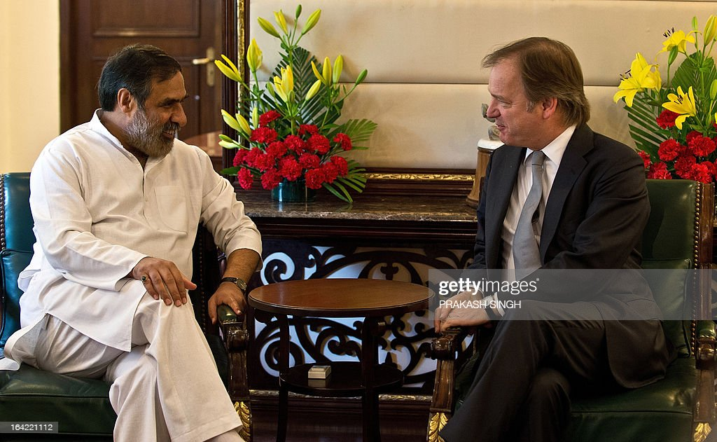 Indian Minister for Commerce, Industry and Textiles Anand Sharma (L) talks with British Minister of State for Foreign Office and Commonwealth Hugo Swire during a meeting in New Delhi on March 21, 2013. AFP PHOTO/ Prakash SINGH