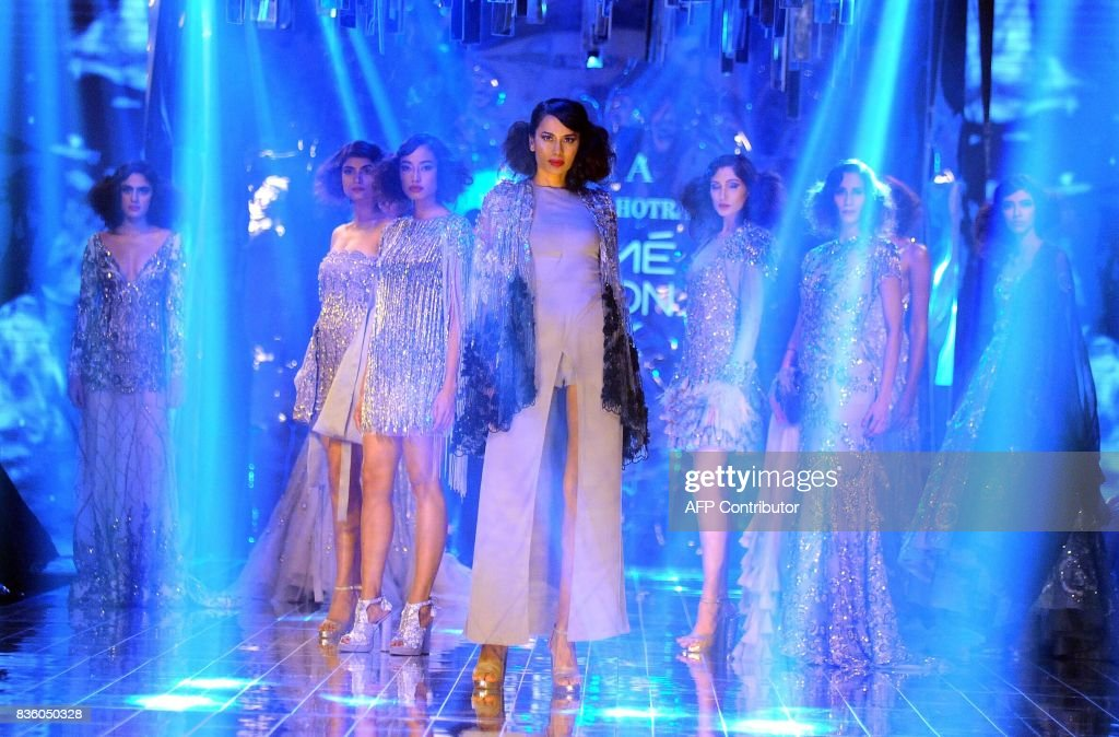 Indian models showcases creations by designer Manish Malhotra during the grand finale of Lakme Fashion Week (LFW) Winter/Festive 2017 in Mumbai on August 20, 2017. Lakme Fashion Week is taking place in Mumbai from August 16-20. / AFP PHOTO / Sujit Jaiswal