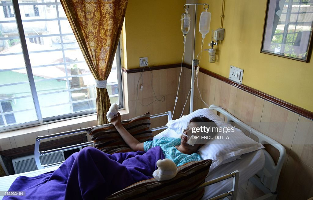 Indian mountaineer Chetna Sahoo receives treatment for frostbite at hospital in Siliguri on May 24, 2016, after a successful ascent of Mount Everest. Rescuers searching for two Indian climbers missing on Mount Everest said that there was little hope of finding the pair alive after losing contact with them over the weekend. The two men -- identified by the Indian embassy as Paresh Nath and Goutam Ghosh -- were near the summit of the 8,848-metre (29,029-foot) mountain on May 21, when they lost contact with the rest of their team. / AFP / DIPTENDU
