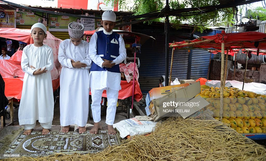 Indian Muslim devotees offer Jummat-Ul-Vida prayers on the last Friday of the Islamic month of Ramadan outside Mecca Masjid in Hyderabad on July 1, 2016. Like millions of Muslims around the world, Indian devotees celebrate the month of Ramadan by abstaining from eating, drinking, and smoking as well as sexual activities from dawn to dusk. / AFP / NOAH