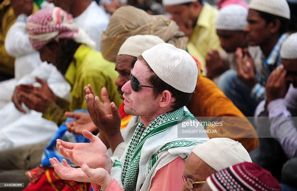 Indian Muslims offer prayers on the last congregational Friday prayers of the holy month of Ramadan, on a street outside the Jama Masjid in Allahabad on July 1, 2016. Muslim devotees took part in the last Friday prayers ahead of the Eid al-Fitr festival marking the end of the fasting month of Ramadan, which is dependent on the sighting of the moon. / AFP / SANJAY